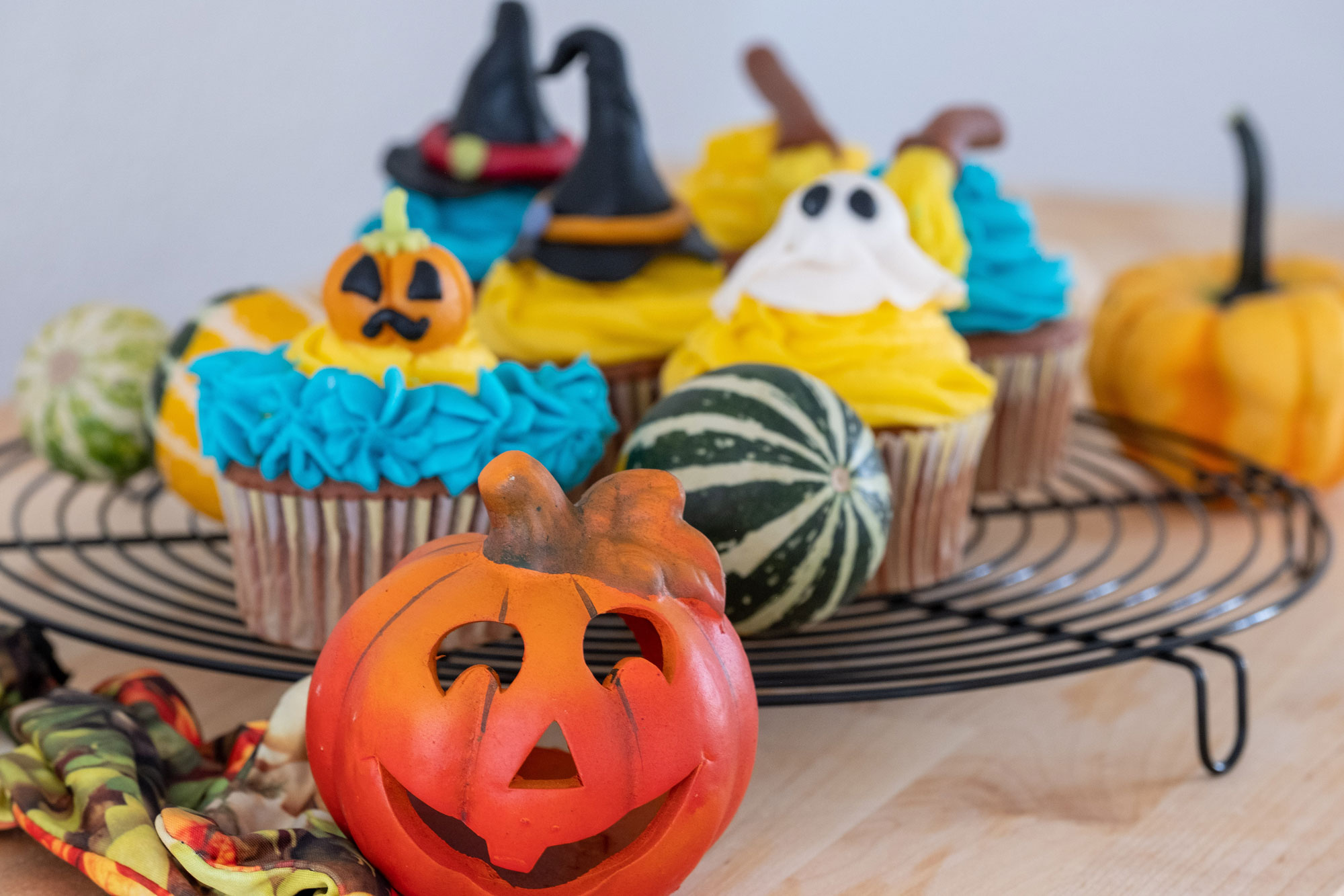 happypieces_by_janinelombardi_halloween_cupcakes