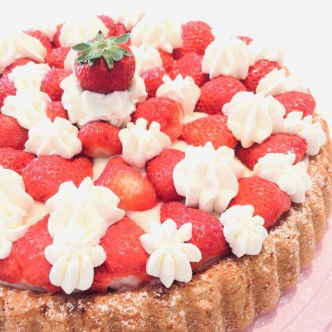 Biskuittorte mit Vanillecrème und Saisonfrüchten bei happypieces bestellen