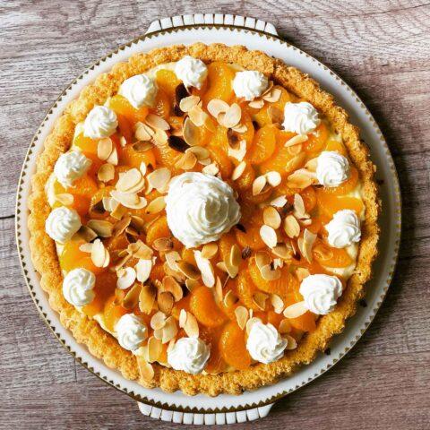 Biskuittorte mit Vanillecreme und Saisonfrüchten