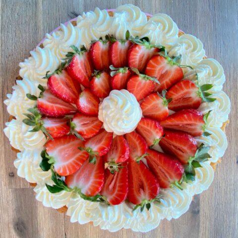 Biskuittorte mit Erdbeeren